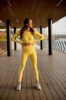 jeune femme se reposant pendant l'entraînement après le jogging photo
