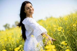 jeune femme dans le champ de colza photo