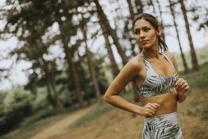 jeune, fitness, femme, courant, forêt, piste photo
