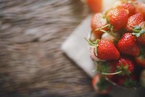 fraise fraîche sur bois photo