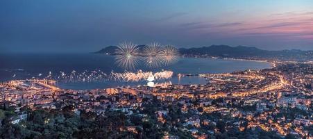 la ville de cannes en été sur la côte d'azur photo