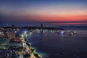 coucher de soleil dans la ville de pattaya photo