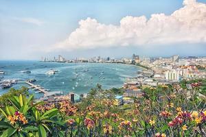 ville de pattaya vue de la colline dans la journée photo