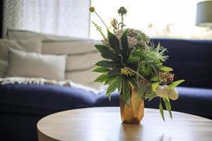 beau bouquet de fleurs dans un vase sur une table photo