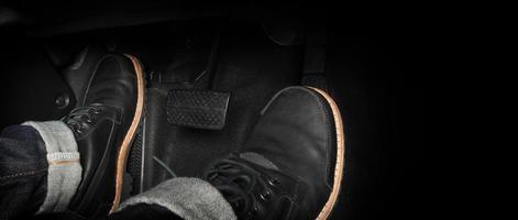 pied appuyant sur la pédale d'une voiture photo