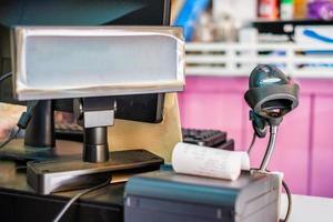 caissier de comptoir avec code-barres de scanner manuel et étiquette de prix photo