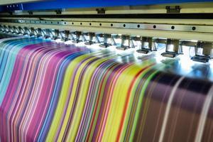 grande imprimante à jet d'encre fonctionnant en multicolore sur bannière en vinyle photo