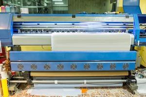grande imprimante à jet d'encre travaillant sur papier autocollant photo