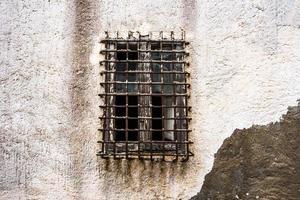 2021 05 29 marsala fenêtre ouverte sur mur blanc avec garde-corps 2 photo