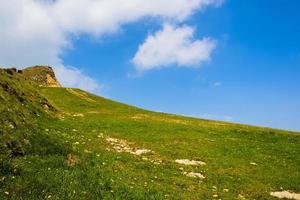 colline verte et ciel photo