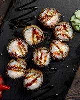 sushi et petits pains avec sauce sur la table photo