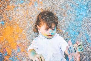 petite fille sale de peinture photo