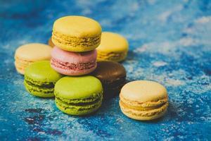 Variété de macarons colorés sur fond bleu photo