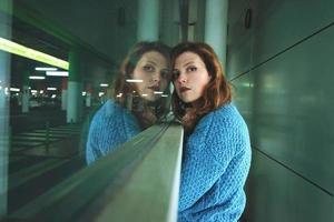 jeune femme seule et fatiguée dans une gare routière photo