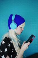 belle femme blonde écoutant de la musique photo
