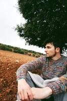 jeune homme seul et triste dans la nature photo
