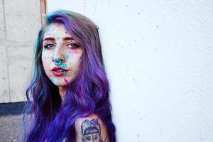 jeune femme avec de la peinture dans sa peau photo