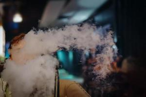 homme au restaurant fumant du narguilé. photo