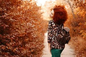 femme avec des promenades afro dans le parc à l'automne photo