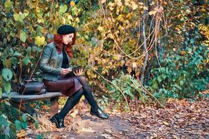 portrait d'automne d'une femme rousse. photo