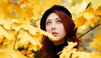 portrait romantique d'automne d'une femme rousse. photo