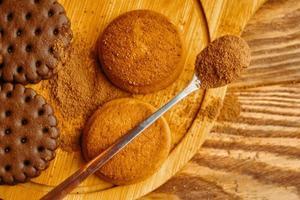 un tas de biscuits et une cuillerée de cacao. photo