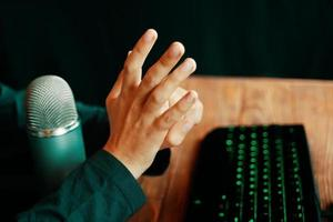 streamer furieux gamer montre des gestes. photo