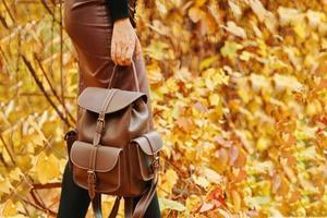 femme élégante en jupe et avec un sac à dos. photo