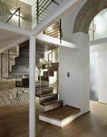 détail de l'escalier en fer dans le salon moderne photo