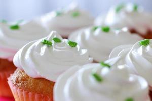 cupcakes avec garniture à la crème photo