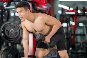 homme sportif, formation, à, haltère, dans, gymnase photo