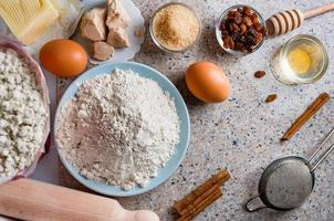 ingrédients pour pâte maison, pâte mi-sucrée aux raisins secs, miel et graines diverses. préparation de pain maison. vue de dessus. photo
