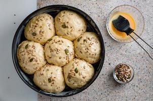 pâte maison, pâte mi-sucrée aux raisins secs, miel et graines diverses photo
