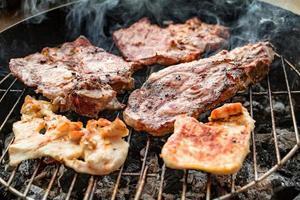 viande grillée, viande de porc, de boeuf et de poulet au barbecue, grill. faible profondeur de champ. photo