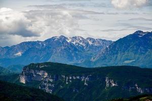 sommets des montagnes de printemps photo