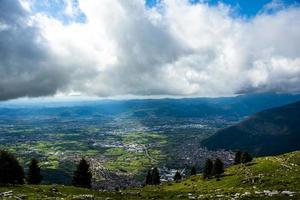 nuages au-dessus d'une vallée photo