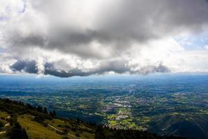 nuages au-dessus d'une ville photo