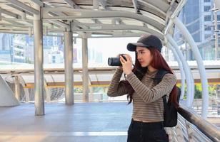 portrait de jeune touriste asiatique tenant un appareil photo concept de vie heureuse