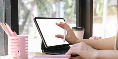 gros plan, main, de, femme, à, stylet, écriture, sur, numérique, bloc-notes, toucher, numérique, tablette, écran, fonctionnement, sur, ordinateur portable, dans bureau, web, designer, travailler, projet photo