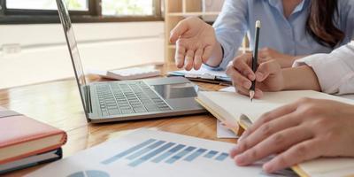 gros plan sur des hommes d'affaires réunis pour discuter de la situation sur le marché. concept financier d'entreprise photo
