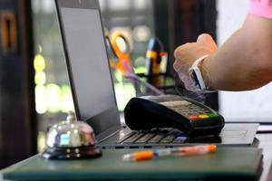 personne utilisant une montre intelligente pour le paiement sans contact et la communication en champ proche photo