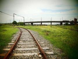 une zone déserte avec une ancienne voie ferrée tachée photo