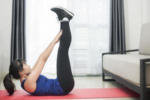 belle jeune femme sportive exerçant à la maison photo