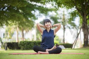 belle femme de yoga sur parc verdoyant photo