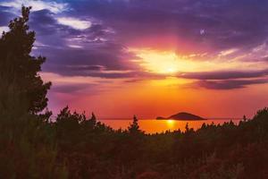 L'île de Kelyfos entre Sithonia et Kassandra près de Neos Marmaras, Grèce photo