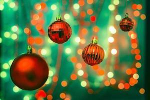décorations de Noël sur fond flou avec des lumières floues photo