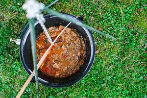 Cuisson de la soupe de goulasch au bœuf dans un chaudron photo