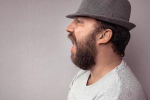 portrait latéral d'un homme barbu criant photo