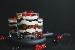 petit dessert sucré maison de bagatelle avec des framboises, des cassis et du fromage à la crème. photo