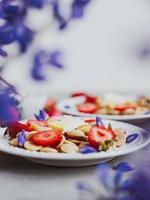crêpes aux céréales, nourriture à la mode. mini crêpes aux céréales avec du beurre, du miel et des fraises. photo